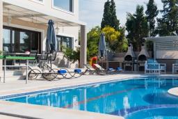 Бассейн. Греция, Ретимно : Современная вилла с большим бассейном и зеленым садом, 4 спальни, 2 ванные комнаты, барбекю, детская площадка, парковка, Wi-Fi