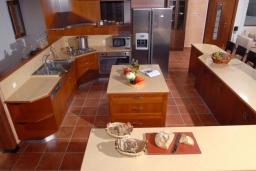 Кухня. Греция, Ираклион : Роскошная вилла с большим бассейном и зеленой территорией, 6 спален, 6 ванных комнат, барбекю, парковка, Wi-Fi