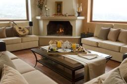 Гостиная. Греция, Ираклион : Роскошная вилла с большим бассейном и зеленой территорией, 6 спален, 6 ванных комнат, барбекю, парковка, Wi-Fi