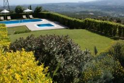 Территория. Греция, Ираклион : Роскошная вилла с большим бассейном и зеленой территорией, 6 спален, 6 ванных комнат, барбекю, парковка, Wi-Fi
