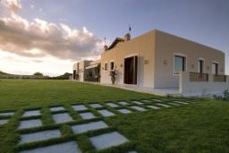 Фасад дома. Греция, Ираклион : Роскошная вилла с большим бассейном и зеленой территорией, 6 спален, 6 ванных комнат, барбекю, парковка, Wi-Fi