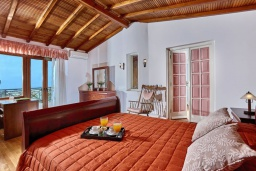 Спальня. Греция, Ираклион : Шикарная вилла с бассейном и зеленым двориком, 5 спален, 3 ванные комнаты, барбекю, парковка, Wi-Fi