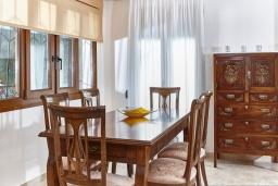 Обеденная зона. Греция, Ираклион : Шикарная вилла с бассейном и зеленым двориком, 5 спален, 3 ванные комнаты, барбекю, парковка, Wi-Fi