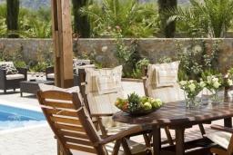 Зона отдыха у бассейна. Греция, Сиси : Прекрасная вилла с бассейном и зеленым двориком, 3 спальни, 2 ванные комнаты, барбекю, парковка, Wi-Fi