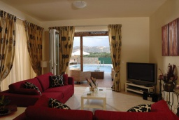 Гостиная. Греция, Сиси : Прекрасная вилла с бассейном и зеленым двориком, 3 спальни, 2 ванные комнаты, барбекю, парковка, Wi-Fi