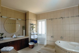 Ванная комната. Греция, Милатос : Современная вилла с бассейном и двориком с барбекю, 3 спальни, 2 ванные комнаты, парковка, Wi-Fi