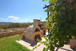 Территория. Греция, Киссамос Кастели : Прекрасная вилла с бассейном и зеленым двориком, 4 спальни, 2 ванные комнаты, барбекю, парковка, Wi-Fi