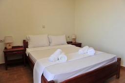 Спальня. Греция, Киссамос Кастели : Прекрасная вилла с бассейном и зеленым двориком, 4 спальни, 2 ванные комнаты, барбекю, парковка, Wi-Fi