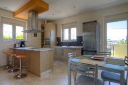 Кухня. Греция, Скалета : Роскошная вилла с большим бассейном и зеленым двориком, 4 спальни, 3 ванные комнаты, барбекю, парковка, Wi-Fi