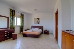 Спальня. Греция, Скалета : Роскошная вилла с большим бассейном и зеленым двориком, 4 спальни, 3 ванные комнаты, барбекю, парковка, Wi-Fi