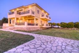 Фасад дома. Греция, Скалета : Роскошная вилла с большим бассейном и зеленым двориком, 4 спальни, 3 ванные комнаты, барбекю, парковка, Wi-Fi