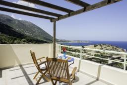 Терраса. Греция, Агия Пелагия : Роскошная вилла с бассейном и видом на море, 3 спальни, 2 ванные комнаты, барбекю, парковка, Wi-Fi