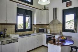 Кухня. Греция, Агия Пелагия : Роскошная вилла с бассейном и видом на море, 3 спальни, 2 ванные комнаты, барбекю, парковка, Wi-Fi