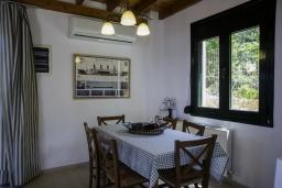 Обеденная зона. Греция, Агия Пелагия : Роскошная вилла с бассейном и видом на море, 3 спальни, 2 ванные комнаты, барбекю, парковка, Wi-Fi