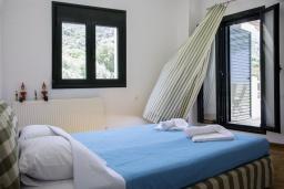 Спальня. Греция, Агия Пелагия : Роскошная вилла с бассейном и видом на море, 3 спальни, 2 ванные комнаты, барбекю, парковка, Wi-Fi