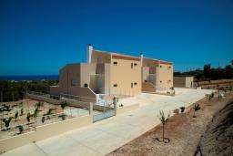 Фасад дома. Греция, Аделе : Современная вилла с бассейном и видом на море, 3 спальни, 2 ванные комнаты, барбекю, парковка, Wi-Fi