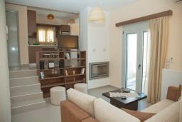 Гостиная. Греция, Аделе : Современная вилла с бассейном и видом на море, 3 спальни, 2 ванные комнаты, барбекю, парковка, Wi-Fi