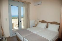Спальня 2. Греция, Аделе : Современная вилла с бассейном и видом на море, 3 спальни, 2 ванные комнаты, барбекю, парковка, Wi-Fi
