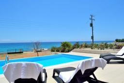 Зона отдыха у бассейна. Греция, Плакиас : Современная пляжная вилла с бассейном и видом на море, 3 спальни, 2 ванные комнаты, парковка, Wi-Fi