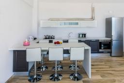 Кухня. Греция, Плакиас : Современная пляжная вилла с бассейном и видом на море, 3 спальни, 2 ванные комнаты, парковка, Wi-Fi
