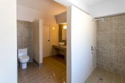 Ванная комната. Греция, Плакиас : Современная пляжная вилла с бассейном и видом на море, 3 спальни, 2 ванные комнаты, парковка, Wi-Fi