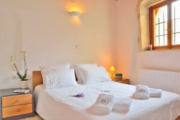 Спальня. Греция, Коккино Хорио : Каменный дом с бассейном и двориком с барбекю, 3 спальни, 2 ванные комнаты, парковка, Wi-Fi
