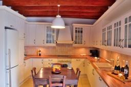 Кухня. Греция, Коккино Хорио : Каменный дом с бассейном и двориком с барбекю, 3 спальни, 2 ванные комнаты, парковка, Wi-Fi