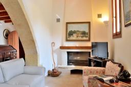 Гостиная. Греция, Коккино Хорио : Каменный дом с бассейном и двориком с барбекю, 3 спальни, 2 ванные комнаты, парковка, Wi-Fi