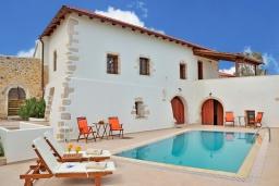 Фасад дома. Греция, Коккино Хорио : Каменный дом с бассейном и двориком с барбекю, 3 спальни, 2 ванные комнаты, парковка, Wi-Fi