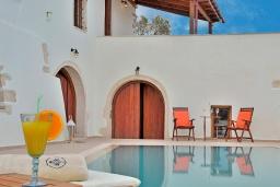 Бассейн. Греция, Коккино Хорио : Каменный дом с бассейном и двориком с барбекю, 3 спальни, 2 ванные комнаты, парковка, Wi-Fi
