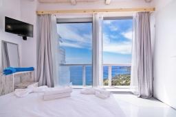 Спальня. Греция, Плакиас : Современная вилла с бассейном и шикарным видом на море, 2 спальни, 2 ванные комнаты, парковка, Wi-Fi