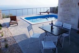 Зона отдыха у бассейна. Греция, Плакиас : Прекрасная вилла с бассейном и шикарным видом на море, 2 спальни, парковка, Wi-Fi