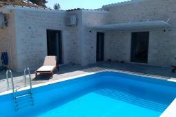 Бассейн. Греция, Плакиас : Прекрасная вилла с бассейном и шикарным видом на море, 2 спальни, парковка, Wi-Fi