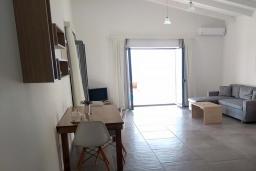 Гостиная. Греция, Плакиас : Прекрасная вилла с бассейном и шикарным видом на море, 2 спальни, парковка, Wi-Fi