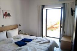Спальня. Греция, Плакиас : Прекрасная вилла с бассейном и шикарным видом на море, 2 спальни, парковка, Wi-Fi