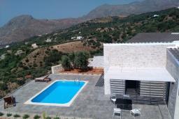 Фасад дома. Греция, Плакиас : Прекрасная вилла с бассейном и шикарным видом на море, 2 спальни, парковка, Wi-Fi