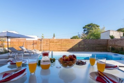Бассейн. Греция, Аделе : Современная вилла с бассейном и зеленым двориком с барбекю, 2 спальни, 2 ванные комнаты, парковка, Wi-Fi
