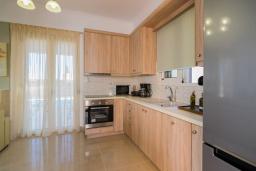 Кухня. Греция, Аделе : Современная вилла с бассейном и зеленым двориком с барбекю, 2 спальни, 2 ванные комнаты, парковка, Wi-Fi