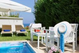 Патио. Греция, Скалета : Современная и элегантная вилла с 5-ю спальнями, с бассейном, зелёным двориком, тенистой террасой с патио, барбекю, расположена всего в 70 метрах от пляжа