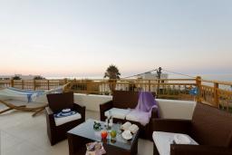 Терраса. Греция, Скалета : Современная и элегантная вилла с 5-ю спальнями, с бассейном, зелёным двориком, тенистой террасой с патио, барбекю, расположена всего в 70 метрах от пляжа