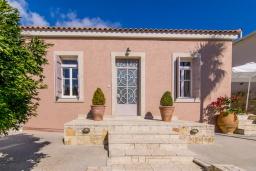 Фасад дома. Греция, Ретимно : Прекрасная вилла с бассейном и зеленым двориком с барбекю, 3 спальни, 2 ванные комнаты, парковка, Wi-Fi
