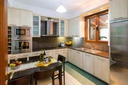 Кухня. Греция, Ретимно : Роскошная вилла с бассейном и зеленым двориком с барбекю, 3 спальни, 3 ванные комнаты, парковка, Wi-Fi