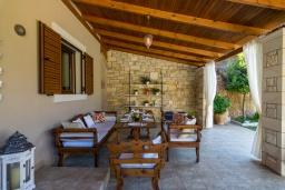 Терраса. Греция, Ретимно : Роскошная вилла с бассейном и зеленым двориком с барбекю, 3 спальни, 3 ванные комнаты, парковка, Wi-Fi