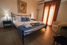 Спальня. Греция, Иерапетра : Шикарная вилла с бассейном и двориком с барбекю, 4 спальни, 3 ванные комнаты, парковка, настольный теннис, Wi-Fi