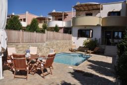Фасад дома. Греция, Иерапетра : Шикарная вилла с бассейном и двориком с барбекю, 4 спальни, 3 ванные комнаты, парковка, настольный теннис, Wi-Fi