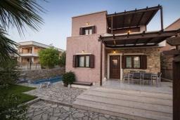 Фасад дома. Греция, Иерапетра : Шикарная вилла с бассейном и двориком с барбекю, 4 спальни, 3 ванные комнаты, парковка, Wi-Fi