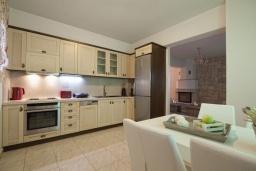 Кухня. Греция, Иерапетра : Шикарная вилла с бассейном и двориком с барбекю, 4 спальни, 3 ванные комнаты, парковка, Wi-Fi