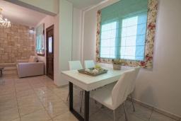Обеденная зона. Греция, Иерапетра : Шикарная вилла с бассейном и двориком с барбекю, 4 спальни, 3 ванные комнаты, парковка, Wi-Fi