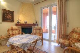 Гостиная. Греция, Плакиас : Прекрасная вилла с большим бассейном и зеленым двориком с барбекю, 5 спален, 3 ванные комнаты, бильярд, настольный теннис, парковка, Wi-Fi