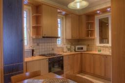 Кухня. Греция, Плакиас : Прекрасная вилла с большим бассейном и зеленым двориком с барбекю, 5 спален, 3 ванные комнаты, бильярд, настольный теннис, парковка, Wi-Fi